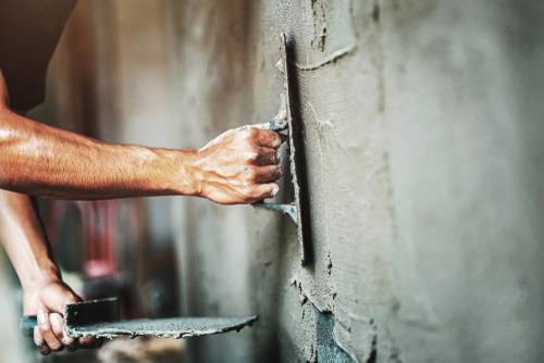 Verputzen einer Wand mit Mörtel