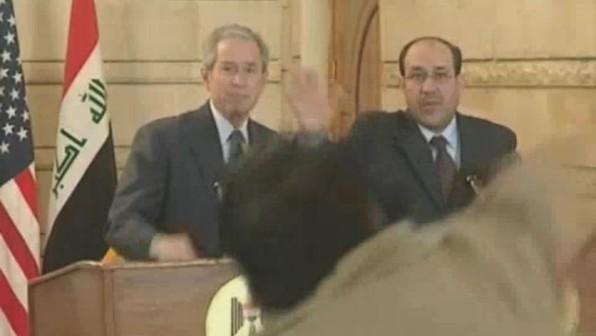 Muntazer Al Zaidi wirft Schuh auf George W. Bush
