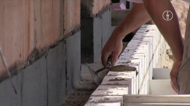 Nachhaltig Bauen – Mauern einer zweischaligen Wand